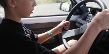 Kind am Steuer Auto Bursch Junge Teenager Jugendlicher
