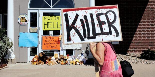 Löwen-Killer: Protest vor seiner Arztpraxis