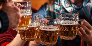 Alkoholexzesse und Verkehrs-Chaos : 1.000 Personen feierten wilde Corona-Party bei Innsbruck