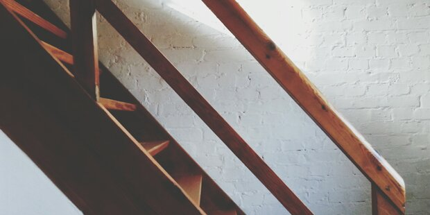 Mann kauft Haus – als er den Keller betritt, ruft er sofort die Polizei