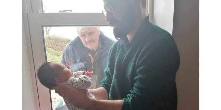 Großvater sieht Enkel zum ersten Mal