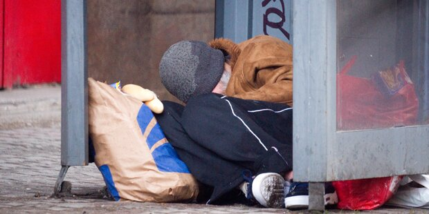 Polizist schenkt Obdachlosem Sandwich mit Hundekot