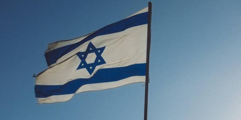 Israel-Flagge auf Schornstein gehisst