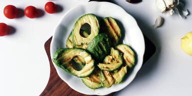 Gegrillte Avocados mit Tomatensalsa