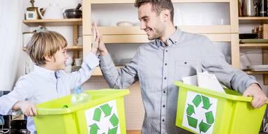 Vater und Sohn recyceln Müll