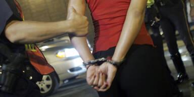 Frau sticht Ex-Mann in Stiegenhaus nieder