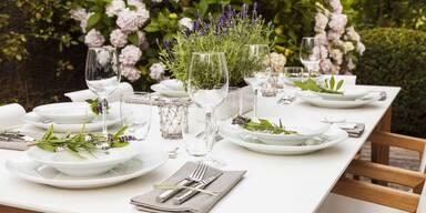 gedeckter Gartentisch