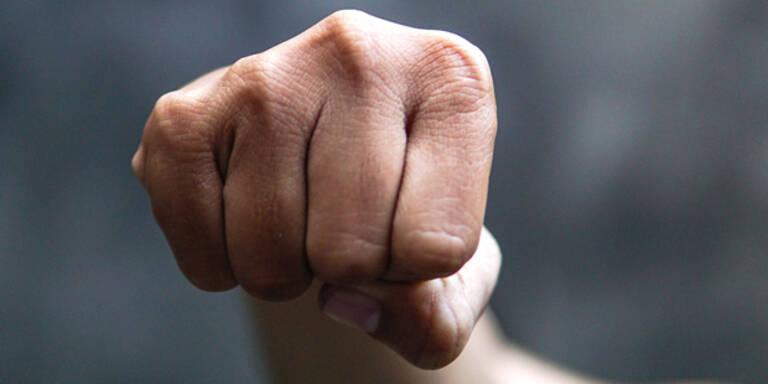 33-Jähriger von Unbekannten niedergeschlagen: Schwer verletzt
