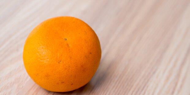 Mädchen (12) isst eine Mandarine und stirbt