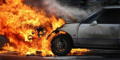 Lenker (19) setzt sich in sein brennendes Auto