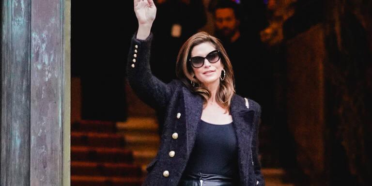 Cindy Crawford jubelt in Paris