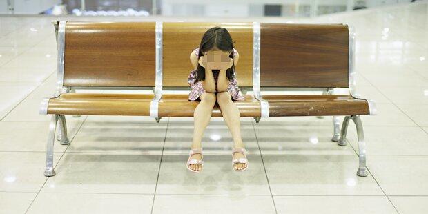 Adoptionskinder in Einkaufszentrum angeboten