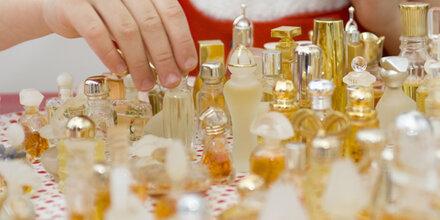 Mann im Badenanzug beim Klauen von Parfums ertappt