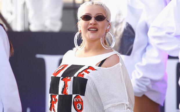 Christina Aguilera versteckt ihre Kurven