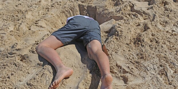 Mann gräbt Loch am Strand und ertrinkt darin