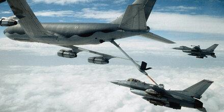 Crash bei Luftbetankung: F-18-Kampfjet kracht in Hercules
