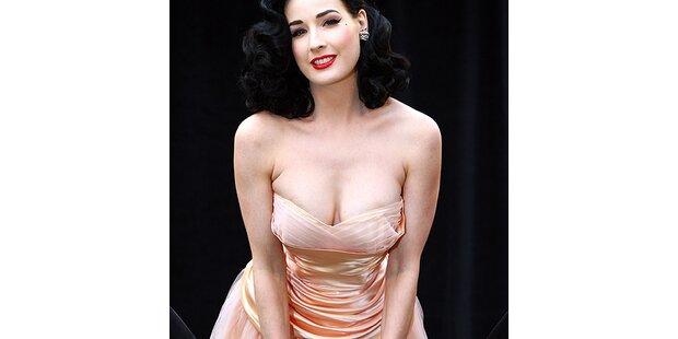 So sexy posiert Dita von Teese für Wonderbra