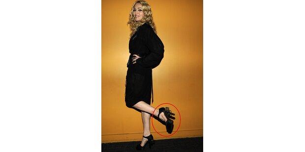 Madonna trägt  a Puffn am Fuß