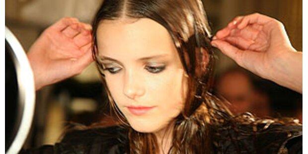 Models kamen mit nassen Haaren auf den Catwalk