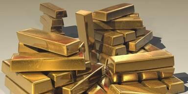 Goldbarren aufgestappelt.
