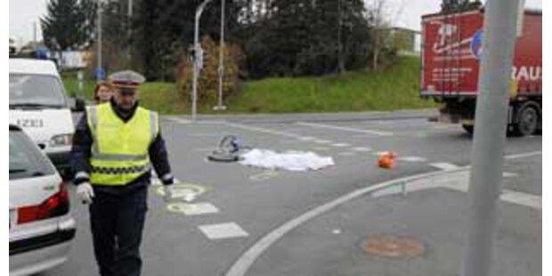 Lastwagen überrollt Grazer Radfahrer: tot