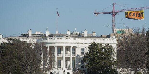 Protest-Banner nahe Weißem Haus enthüllt