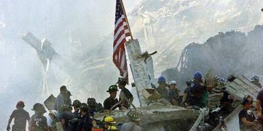 Bergungsarbeiter hissen die amerikanische Flagge am Ground Zero