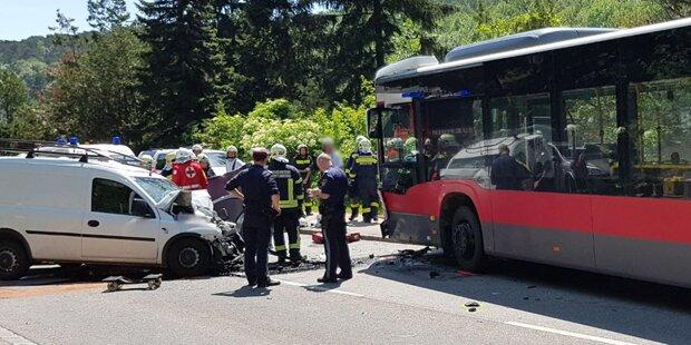 Auto crashte in Bus: Ein Toter in NÖ