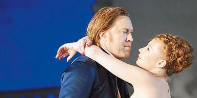 Nicholas Ofczarek (l.) als Jedermann und Birgit Minichmayr als Buhlschaft