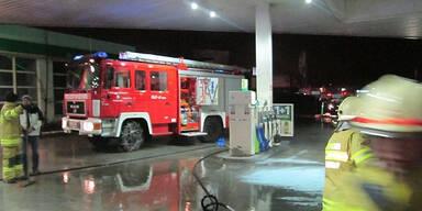 Wieder Auto bei Tankstelle angezündet