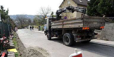Wien: LKW fährt zwei Fußgänger um