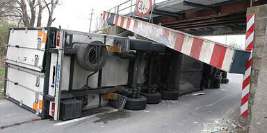 Lkw krachte gegen Bahnunterführung