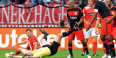 Benfica-Kapitän Luisao streckt Schiri nieder