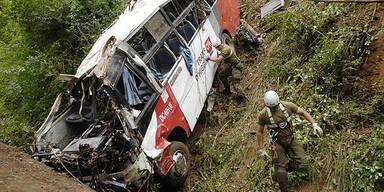 Fußball-Fans stürzen mit Bus in den Tod