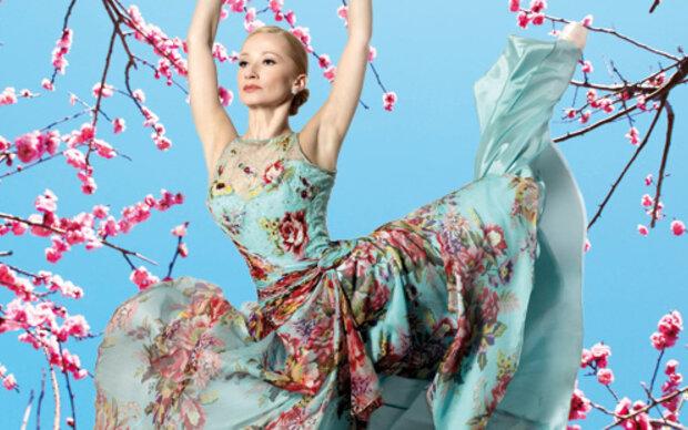 Nackt-Ballerina tanzt in den Frühling