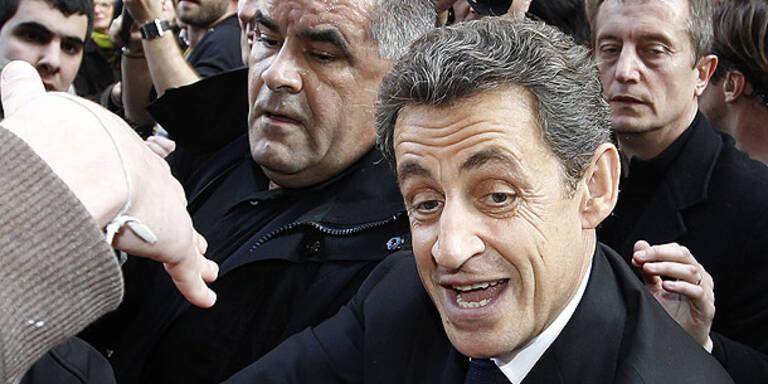 Demonstranten werfen Eier nach Sarkozy