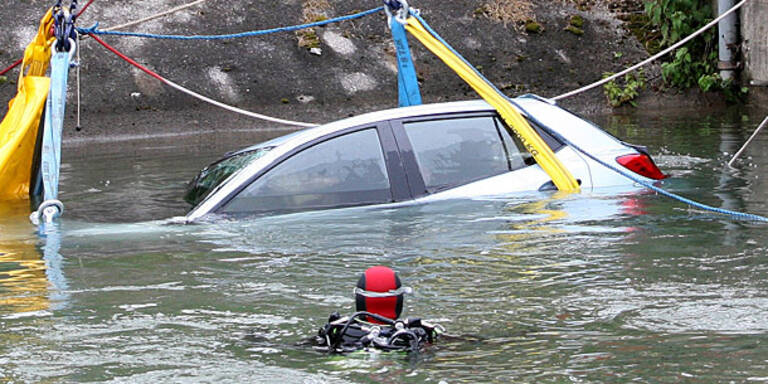 Frau versinkt mitsamt Auto in Mur-Kanal
