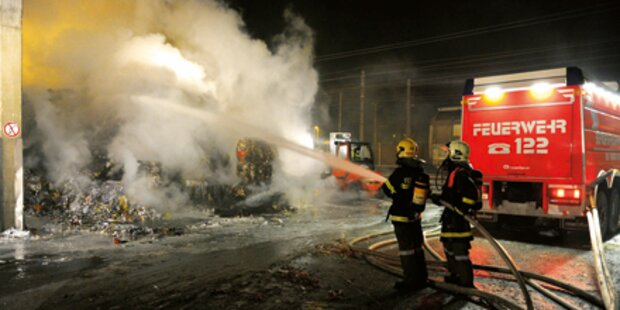 Riesen-Papierballen in Flammen