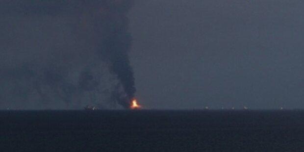 Riesiges Feuer auf Ölplattform