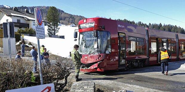 Straßenbahn kracht in Linienbus