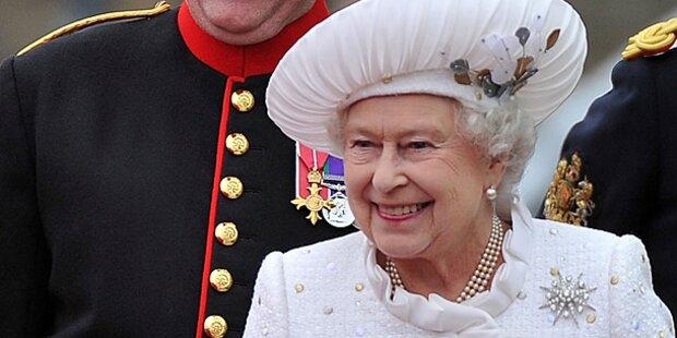 Queen Elizabeth II trägt Swarovski-Kleid