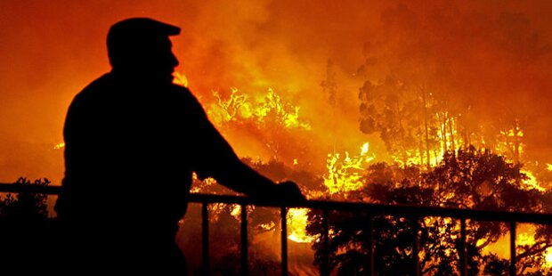 Feuer vor Portugals Touristenhochburgen