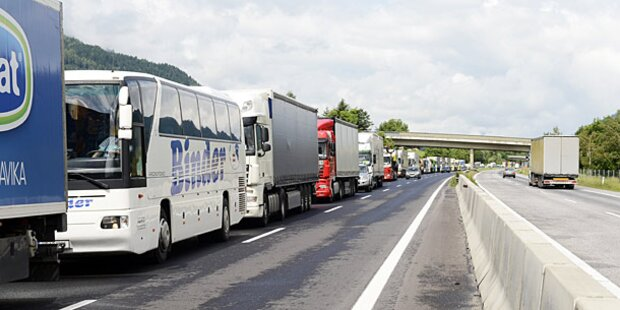 Verkehrs-Stau nach Massencrash auf A22