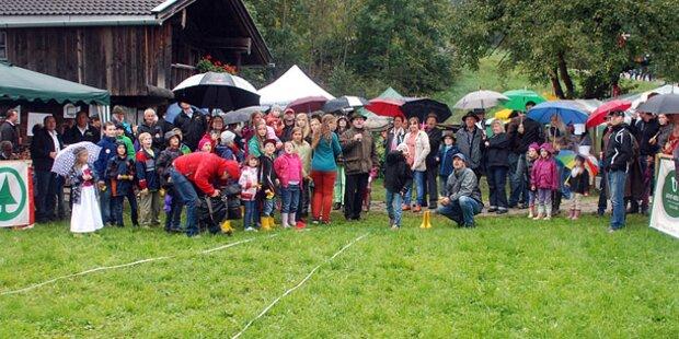 Tiroler sind Meister im Gummistiefel werfen