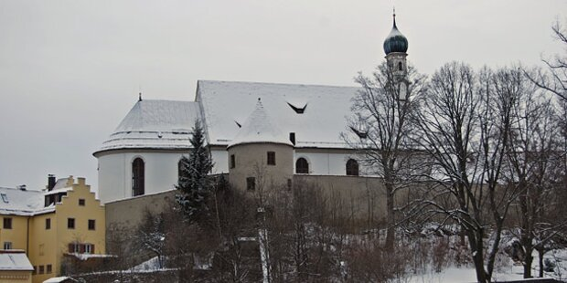 Brand in Gotteshaus: 10 Mönche verletzt