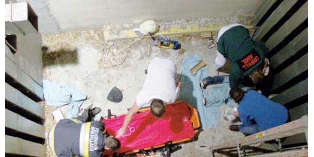 Frau fiel acht Meter in einen Schacht