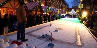 Die Eisstockbahn in der Stiegl-Brauwelt ist ein Vergnügen für Groß und Klein.