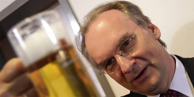 CDU-Spitzenkandidat Reiner Haseloff stößt mit Bier auf den Wahlsieg in Sachsen-Anhalt an