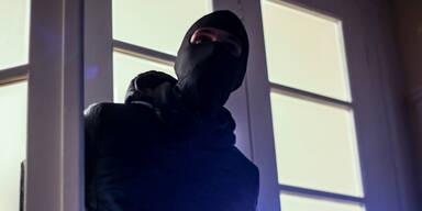 Hausfrau wehrt Einbrecher mit Messerstich ab   Maskierten Räuber aus Haus verjagt