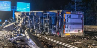 Schlachtfeld auf A2: 20 Tonnen Fleisch nach LKW-Crash verstreut